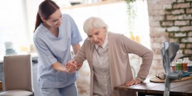 Aiuto domestico per anziani: come scegliere una badante