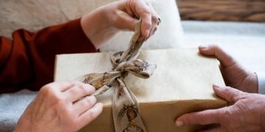10 idee regalo da fare agli anziani o ai nonni